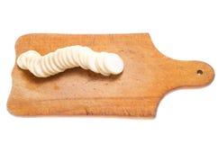 Jarzynowy daikon pokrajać na drewnianym tnącej deski zakończeniu up Obraz Stock