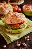 Jarzynowy hamburger fritter, sałata i pomidor z chickpeas - szpinaka, Obraz Stock