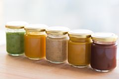 Jarzynowy lub owocowy jedzenie w słojach puree lub dziecka Zdjęcia Stock