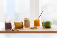 Jarzynowy lub owocowy jedzenie w słojach puree lub dziecka Zdjęcia Royalty Free
