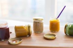 Jarzynowy lub owocowy jedzenie w słojach puree lub dziecka Obraz Royalty Free