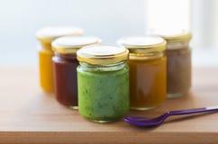 Jarzynowy lub owocowy jedzenie w słojach puree lub dziecka Obraz Stock
