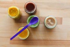 Jarzynowy lub owocowy jedzenie w słojach puree lub dziecka Zdjęcie Royalty Free