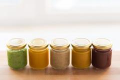 Jarzynowy lub owocowy jedzenie w słojach puree lub dziecka Fotografia Stock