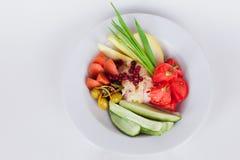 Jarzynowy naczynie na górze zielonych cebul bejcował pomidory, soleni ogórki odizolowywał białego tło Obraz Royalty Free