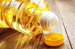 Jarzynowy olej w plastikowym butelki zbliżeniu obraz royalty free