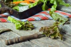 Jarzynowy sałatkowy przygotowanie na drewnianej deski tle zdjęcie stock