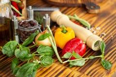 Jarzynowy składu i jedzenia tło Dzwonkowy pieprz, ziele, przyprawia dla karmowego przygotowania Składnik dla jarosza zdjęcie royalty free