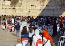 Jasídicos judíos ruegan al lado de las mujeres Imagen de archivo libre de regalías