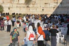 Jasídicos judíos ruegan al lado de las mujeres Imágenes de archivo libres de regalías