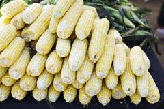 Jaskrawa Żółta kukurudza w stercie przy rolnika rynkiem zdjęcia stock
