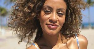 Jaskrawa amerykanin afrykańskiego pochodzenia kobieta w tropikalnym świetle słonecznym zdjęcie wideo