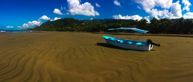 Jaskrawa błękit plaży łódź fotografia royalty free