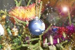 Jaskrawa błękitna piłka na choince Zdjęcia Stock