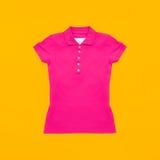 Jaskrawa ciemnopąsowa polo koszula na żółtym tle Fotografia Stock