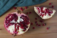 Jaskrawa czerwień i soczysty granatowiec na stole Zdjęcie Royalty Free