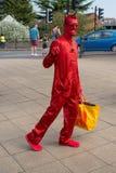 Jaskrawa czerwona demonic żywa statua macha przy kamerzystą Zdjęcie Royalty Free