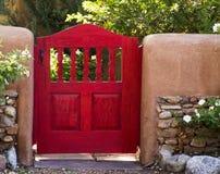 Jaskrawa Czerwona Ogrodowej bramy jaru Staranna droga, Santa Fe, Nowy - Mexico Zdjęcia Stock