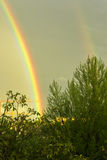 Jaskrawa dwoista tęcza po burzy z ulewnym deszczem zachmurzone niebo Zdjęcie Royalty Free