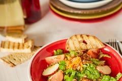 Jaskrawa jarzynowa sałatka z jabłkiem, pomidorami i marchewką, Miłość dla zdrowego surowego karmowego pojęcia Doskonalić dla deto Zdjęcie Stock