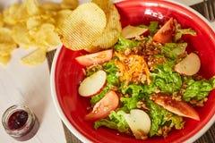 Jaskrawa jarzynowa sałatka z jabłkiem, pomidorami i marchewką, Miłość dla zdrowego surowego karmowego pojęcia Doskonalić dla deto Fotografia Stock