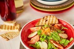 Jaskrawa jarzynowa sałatka z jabłkiem, pomidorami i marchewką, Miłość dla zdrowego surowego karmowego pojęcia Doskonalić dla deto Obraz Stock