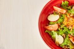 Jaskrawa jarzynowa sałatka z jabłkiem, pomidorami i marchewką, Miłość dla zdrowego surowego karmowego pojęcia Doskonalić dla deto Obraz Royalty Free