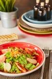 Jaskrawa jarzynowa sałatka z jabłkiem, pomidorami i marchewką, Miłość dla zdrowego surowego karmowego pojęcia Doskonalić dla deto Zdjęcie Royalty Free