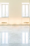 Jaskrawa jasna galerii ściana z dwa okno i marmurową podłoga Zdjęcie Stock