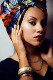 Jaskrawa kobieta z kreatywnie uzupełniał, chusta na głowie zdjęcie stock
