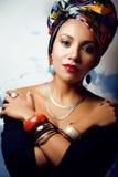Jaskrawa kobieta z kreatywnie uzupełniał, chusta na głowie obrazy royalty free