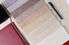 Jaskrawa kolekcja kolorowe tkanin próbki z zamszowy teksturą Mockup z próbkami, smartphone i portflem tkaniny, Fotografia Royalty Free
