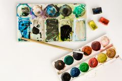 Jaskrawa kolorowa akwarela maluje z muśnięciami i paletą na białym tle W górę akwareli tacy czarnych t?a poj?cia do copyspace ksi zdjęcia stock