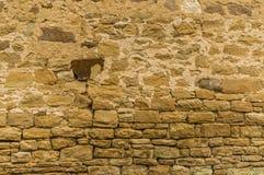 Jaskrawa piaskowiec ściana z zmroku kamieniem przy wierzchołkiem grouted dow obraz stock