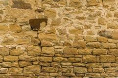 Jaskrawa piaskowiec ściana z zmroku kamieniem przy wierzchołkiem grouted dow zdjęcie stock