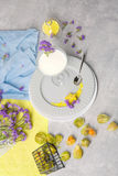 Jaskrawa pomarańczowa pęcherzyca, szkło mleko, talerz z kruszcową łyżką i koloru żółtego carambola na świetle, - szary tło Zdjęcia Stock