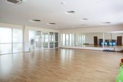 Jaskrawa sala gimnastyczna z dużym lustrem Obrazy Royalty Free