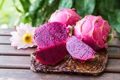 Jaskrawa soczysta tropikalna czerwona smok owoc Smoka Pitaya lub owoc ja Zdjęcia Royalty Free