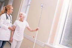 Jaskrawa starzejąca się kobieta dziękuje lekarkę dla ona usługa obraz royalty free
