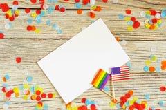 Jaskrawa t?cza homoseksualisty flaga na drewnianym tle, papierowych confetti odg?rny widok z przestrzeni? dla teksta, mocup, kopi zdjęcia stock
