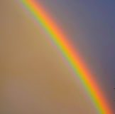 Jaskrawa tęcza w niebie zdjęcie stock