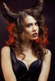 Jaskrawa tajemnicza kobieta z rogu włosy, Halloween Fotografia Stock