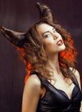 Jaskrawa tajemnicza kobieta z rogu włosy, Halloween Zdjęcie Royalty Free