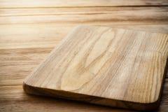 Jaskrawa tnąca deska na drewnianym stole Obrazy Stock