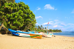Jaskrawe łodzie na tropikalnej plaży Bentota, Sri Lanka Obraz Stock