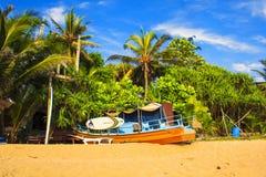 Jaskrawe łodzie na tropikalnej plaży Bentota, Sri Lanka Zdjęcie Stock