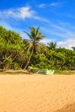 Jaskrawe łodzie na tropikalnej plaży Bentota, Sri Lanka Zdjęcie Royalty Free