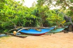 Jaskrawe łodzie na tropikalnej plaży Bentota, Sri Lanka na słonecznym dniu Zdjęcia Stock