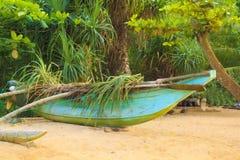 Jaskrawe łodzie na tropikalnej plaży Bentota, Sri Lanka na słonecznym dniu Zdjęcia Royalty Free