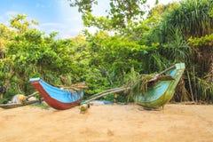 Jaskrawe łodzie na tropikalnej plaży Bentota, Sri Lanka na słonecznym dniu Zdjęcie Royalty Free